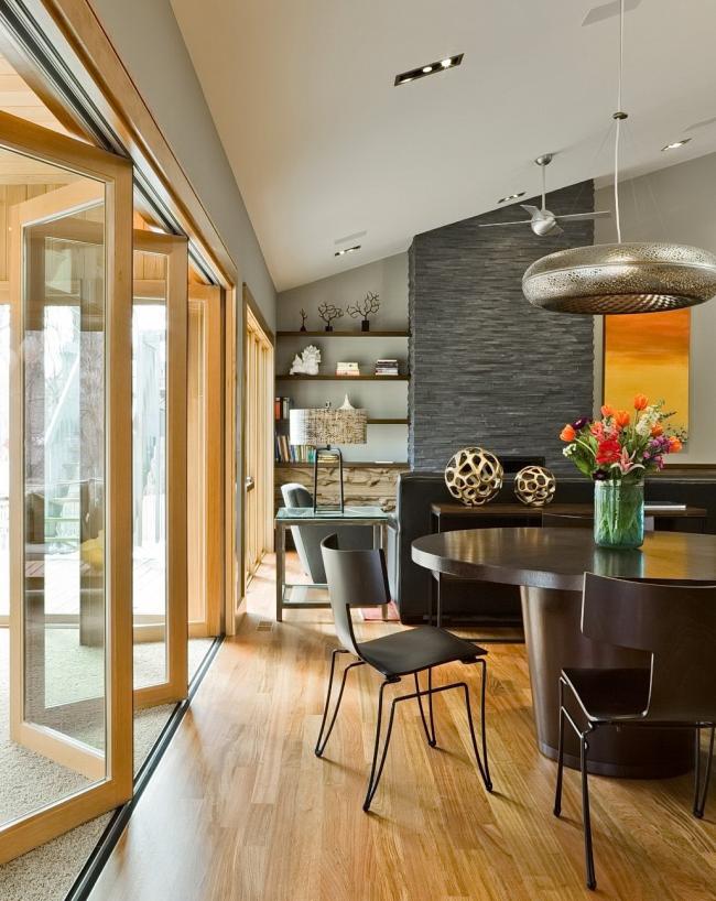 Дверь-гармошка на всю стену - максимум солнечного света в интерьере
