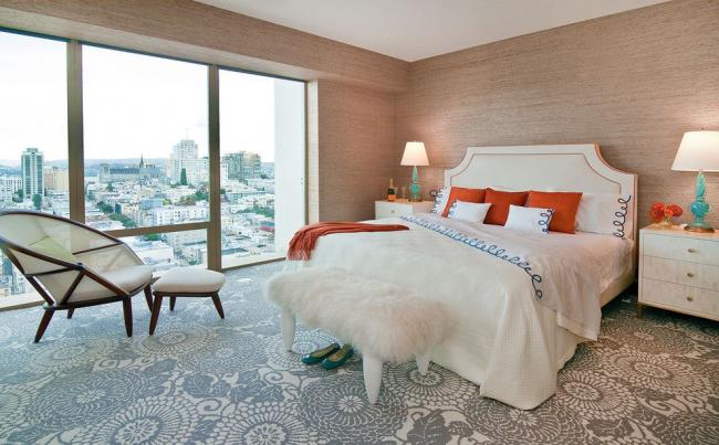 Декоративное напольное покрытие в просторной спальне