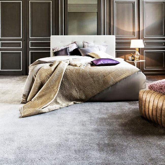 Нейтральные оттенки напольного покрытия позволяют выделить другие элементы декора
