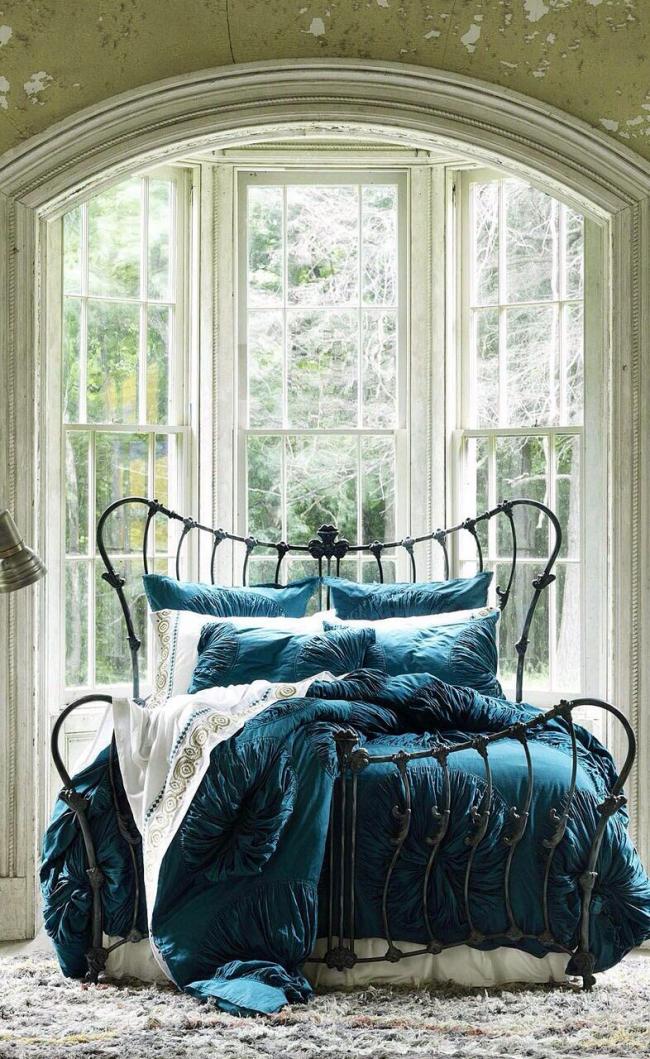 Великолепное сочетание дорогого постельного белья и кованной кровати ручной работы
