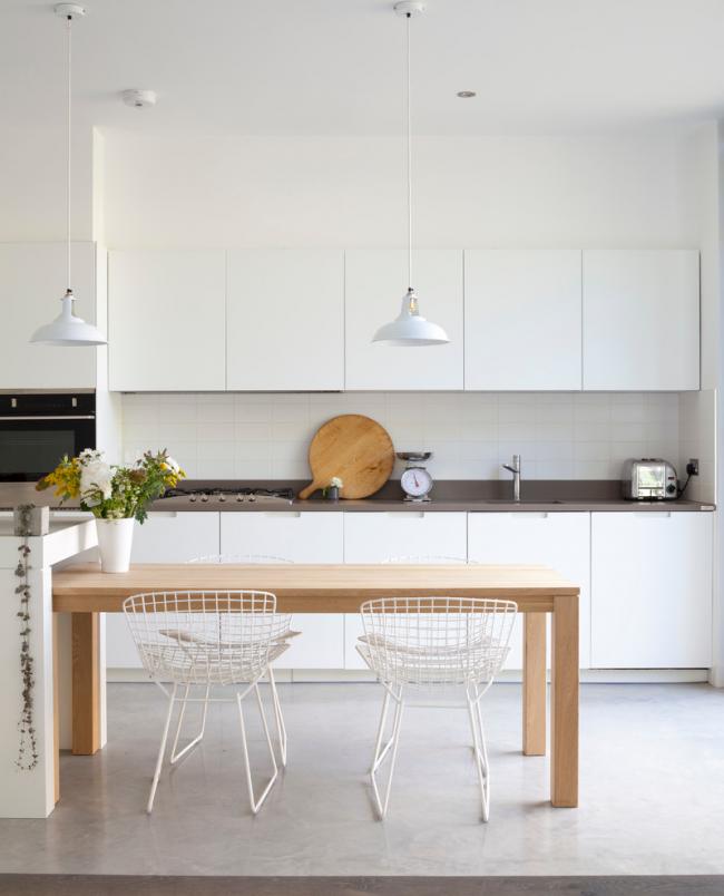 Белые кухонные стулья из металла