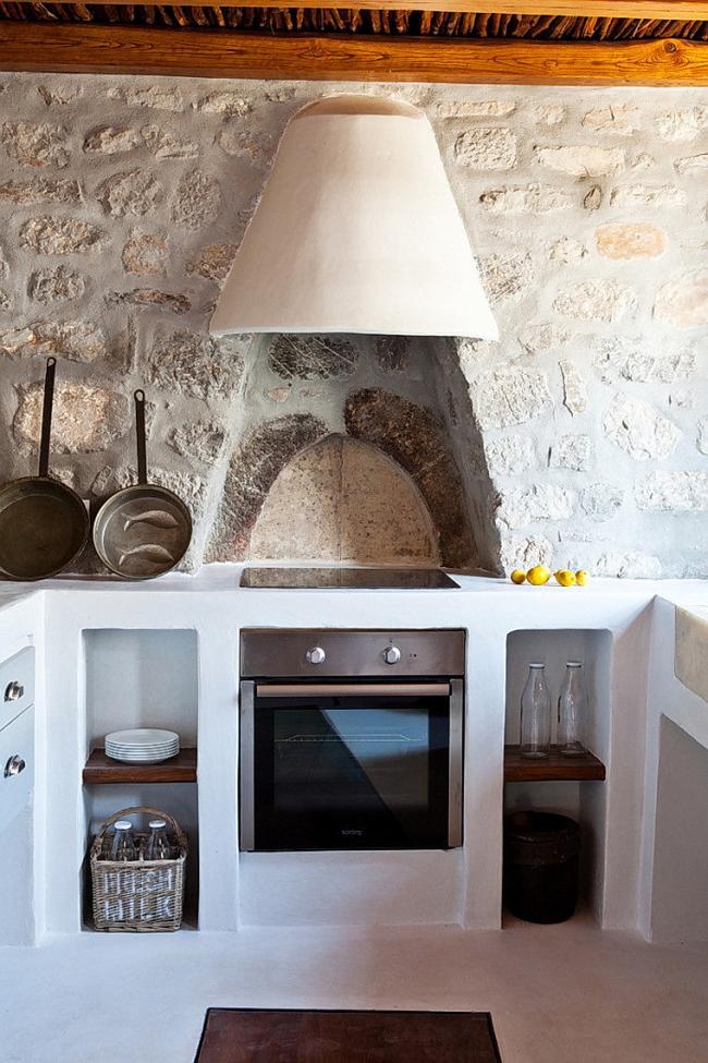 Потрясающая средиземноморская кухня, где вытяжка встроена в купол над печью