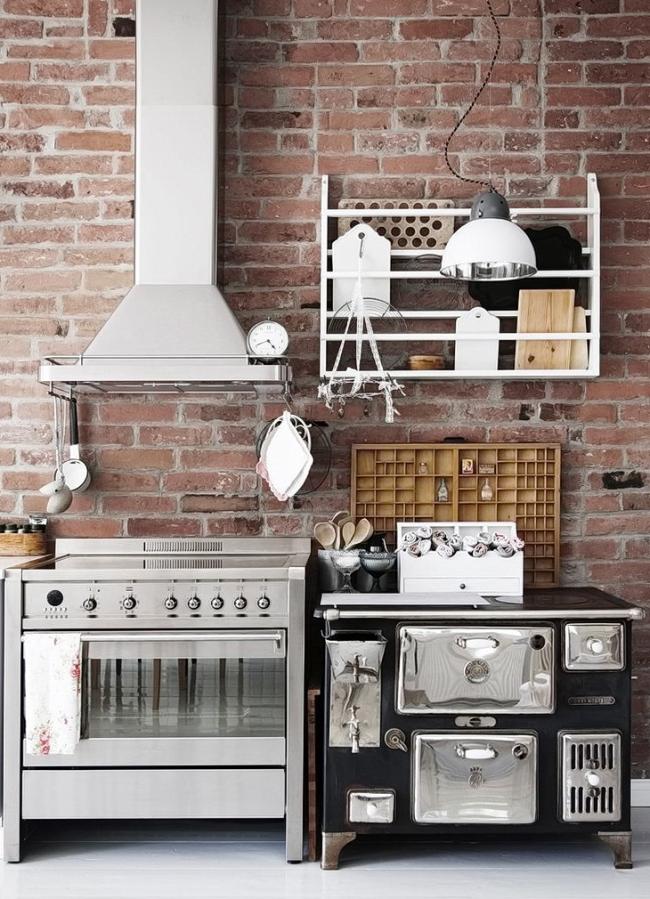 Симпатичная модель на небольшой кухне
