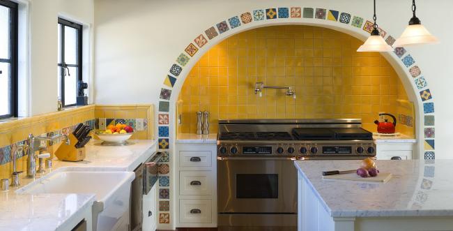 Средиземноморский стиль открывает безграничный простор для декора стен
