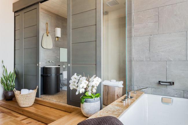 Современный интерьер ванной комнаты с натуральным озеленением