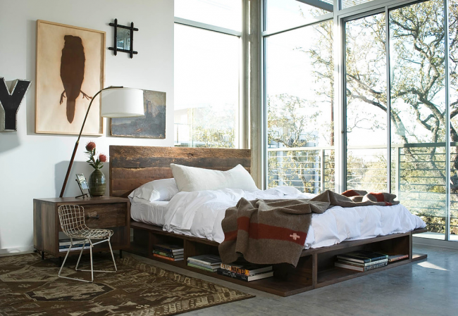 Интересная кровать с нишами в индустриальном стиле