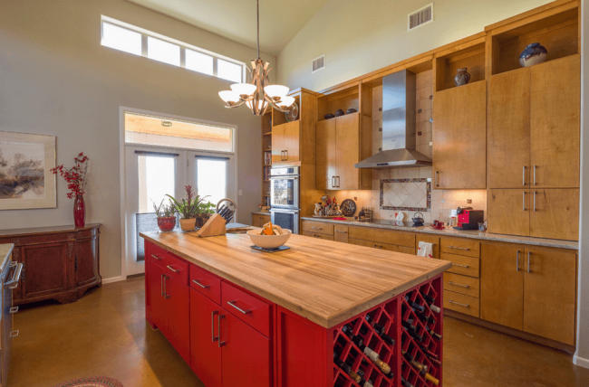 Множество шкафчиков помогут вместить всю кухонную утварь