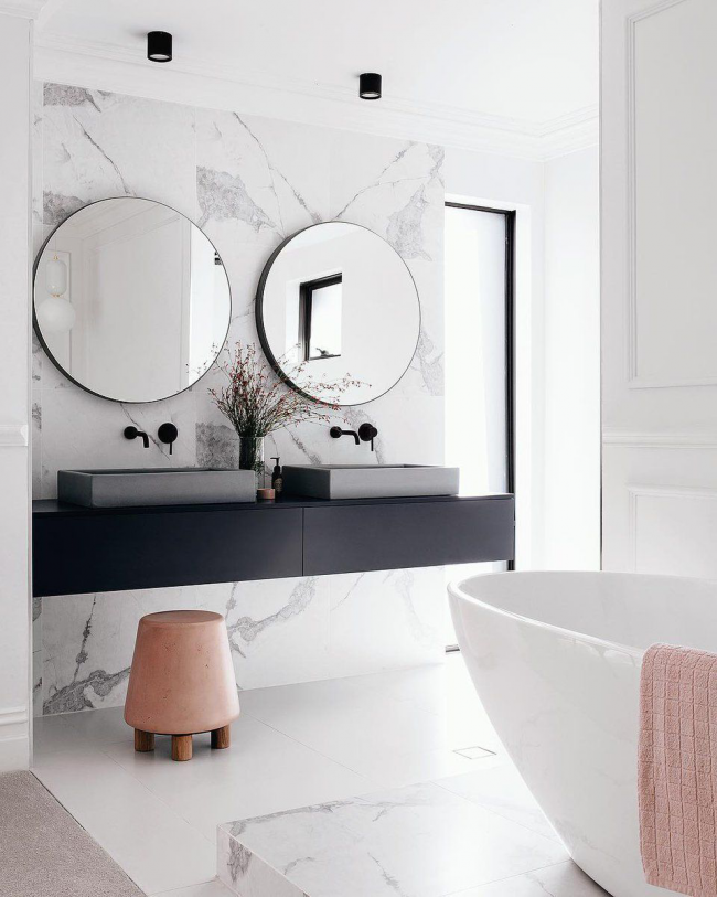 Современный интерьер ванной комнаты с подвесной мебелью
