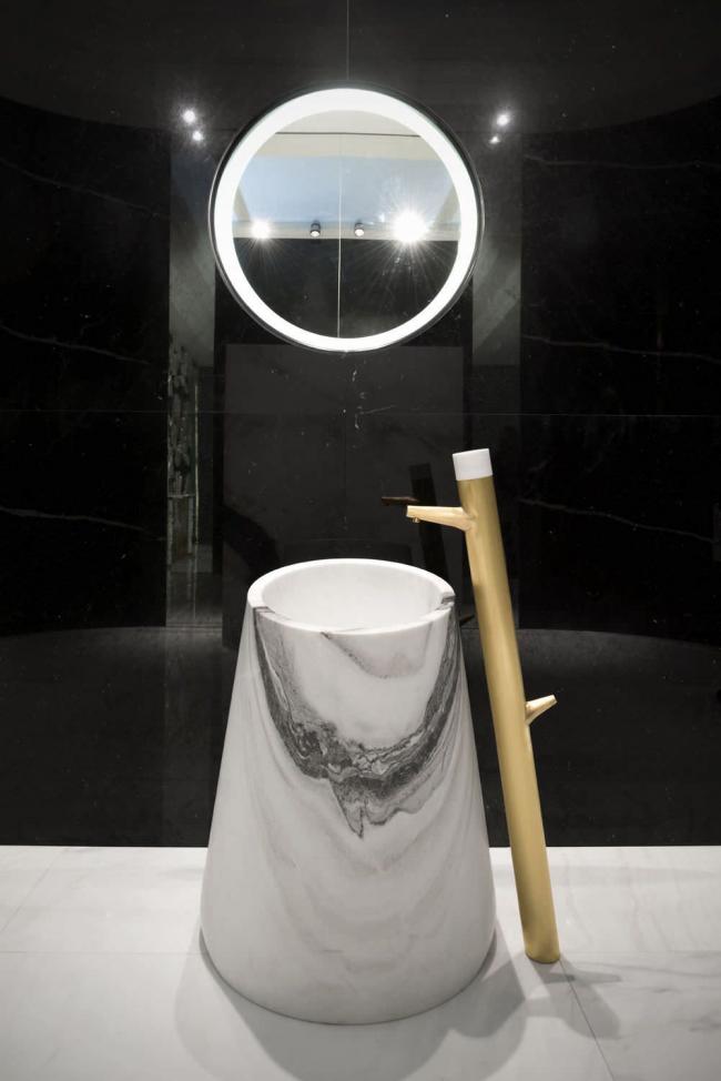 Умывальник скрытый в консоли с рисунком мраморных разводов