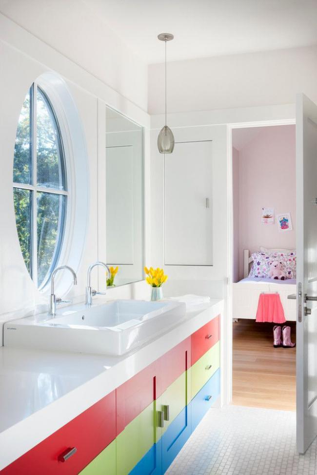 Светлая ванная для ребенка, где умывальник врезан в цветную тубму