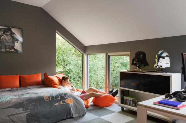 Комната подростка с комфортной зоной отдыха у окна