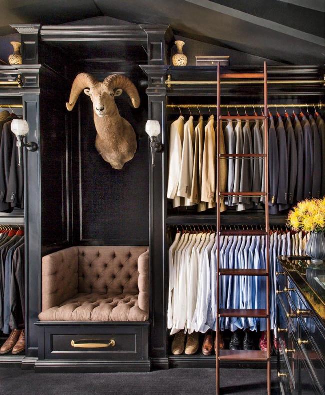 Гармоничное оформление гардеробной стены в черных тонах