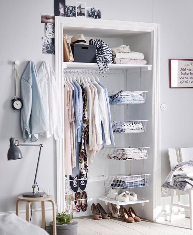 Готовая ниша послужит небольшим шкафом в спальне