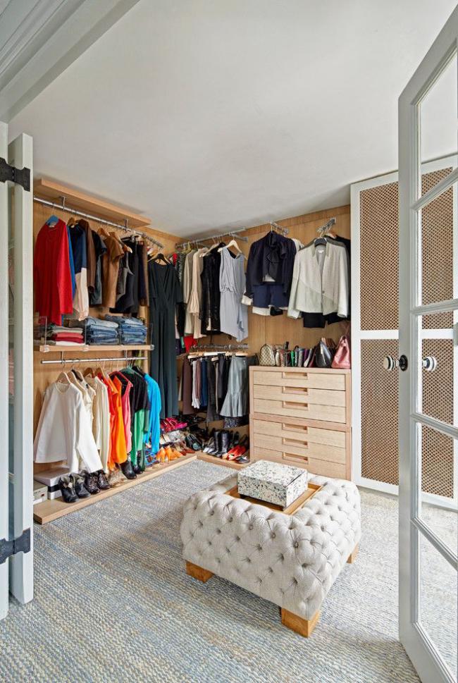 Наличие гардеробной комнаты позволяет сохранить в квартире порядок