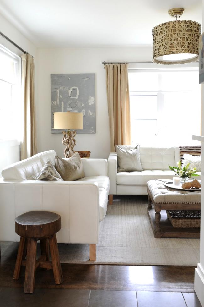 Белая тахта в гостиной - нарядно и изящно