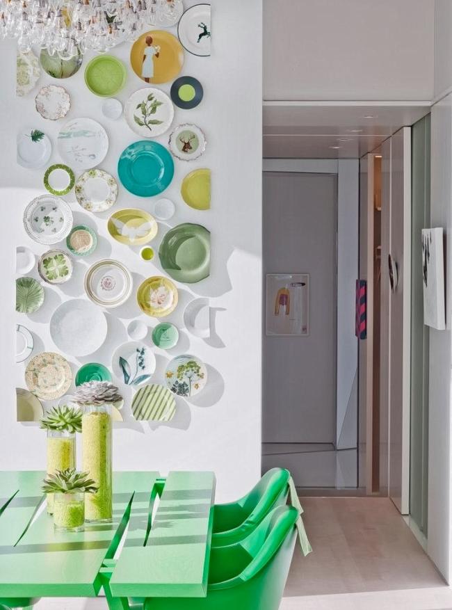 Стена, украшенная красивой посудой, сделает ваш интерьер неотразимым