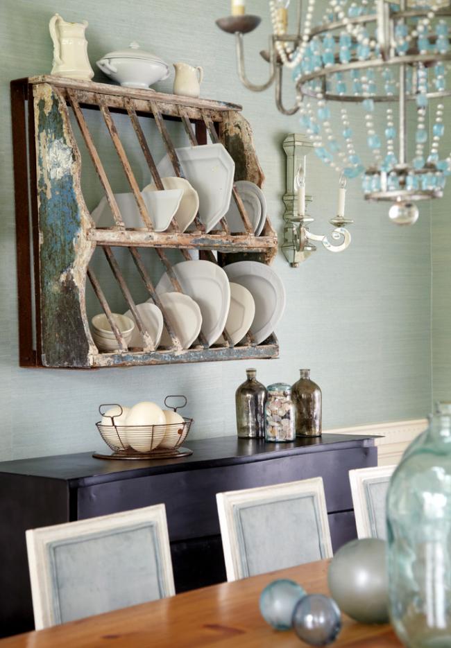 Белоснежная фарфоровая посуда в интерьере кухни, выполненной в стиле шебби-шик