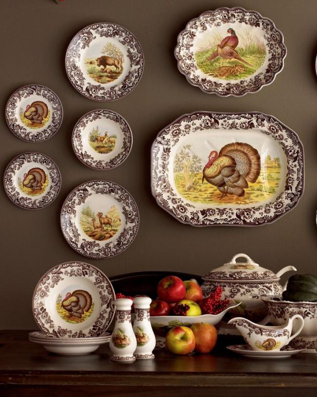 Красивый набор посуды, выполненный в охотничьем стиле