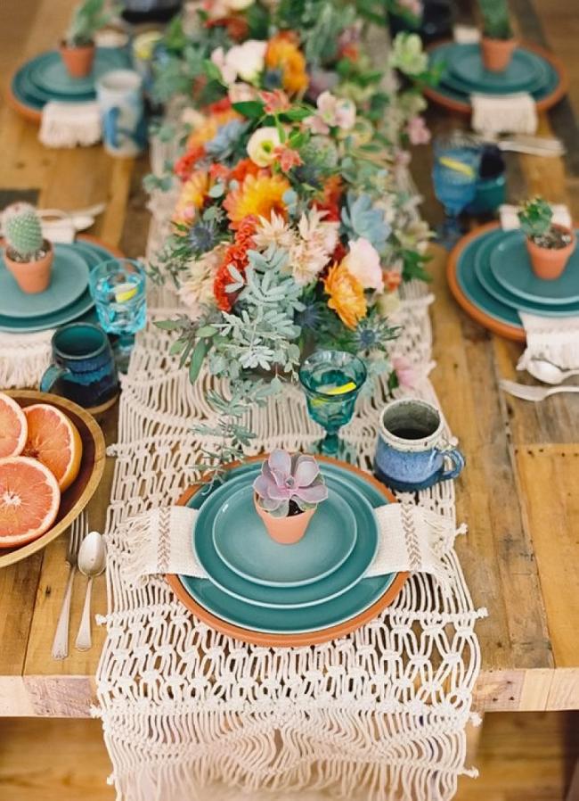 Глиняная посуда пастельного цвета в композиции с осенними цветами смотрится очень красиво