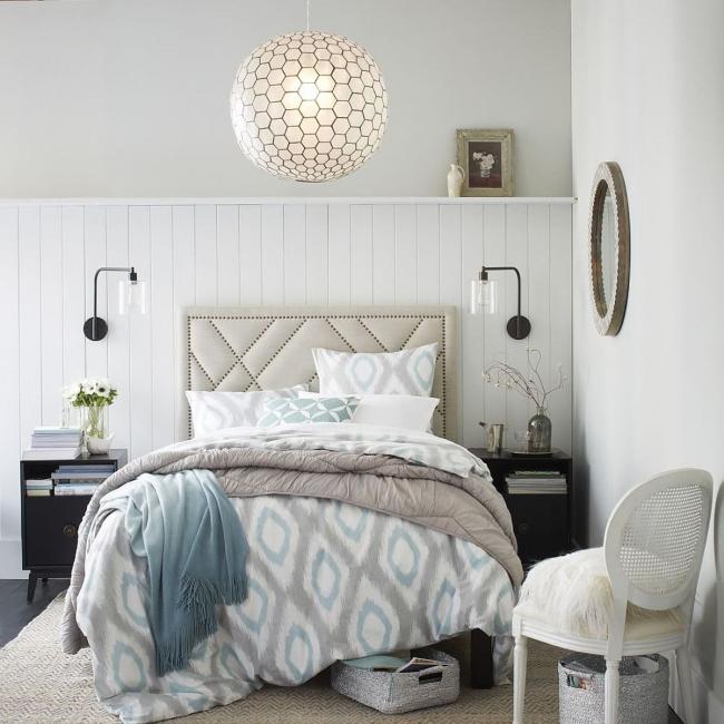 Современная люстра в светлой спальне