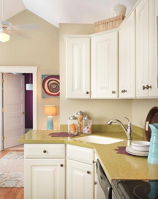 Эмалированная мойка на небольшой уютной кухне
