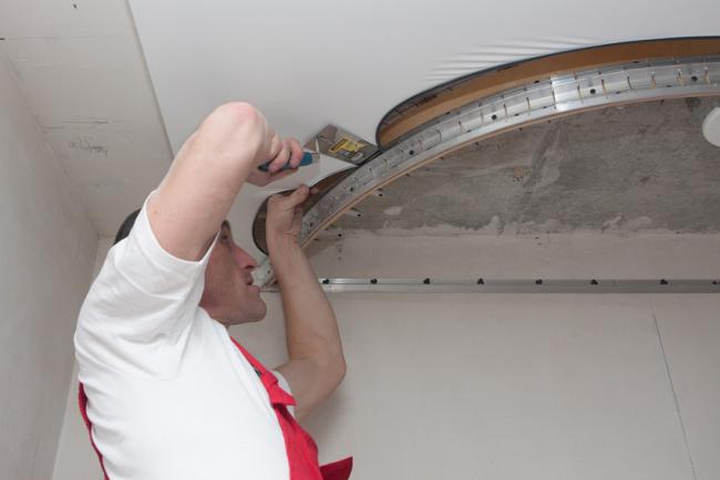 Монтаж натяжного потолка лучше предоставить специалистам