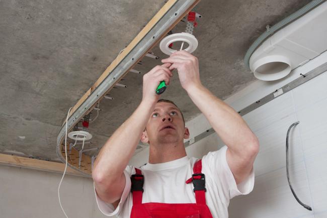 Перед монтажом натяжного потолка необходимо установить систему точечного освещения