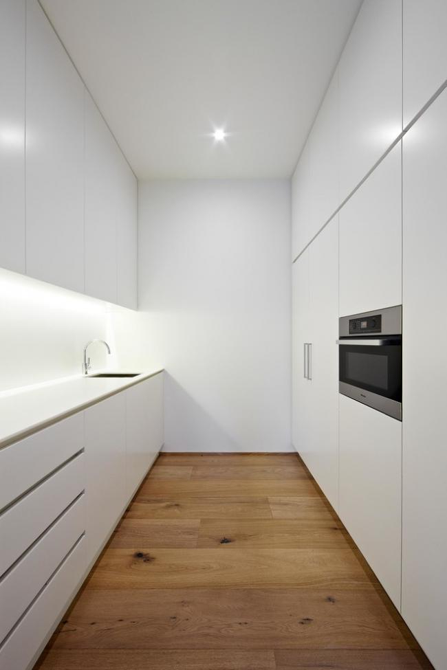 Минималистичная белая кухня с натяжным потолком