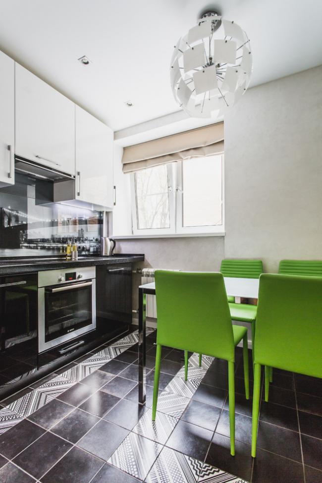 Яркая мебель поможет разнообразить черно-белый интерьер