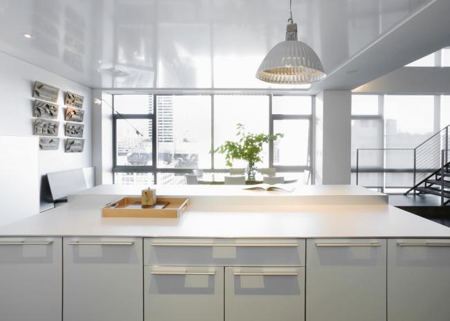 Белый цвет, гладкие поверхности и минимум декора - отличительная особенность стиля минимализм