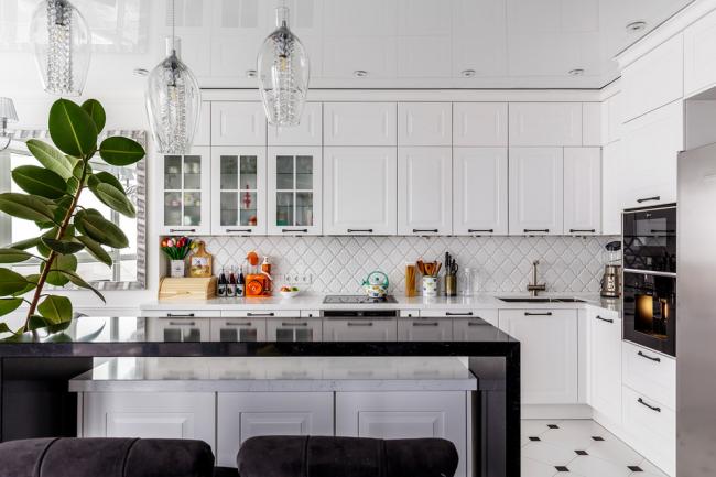 Объединенная со столовой кухня, оформленная в белом цвете