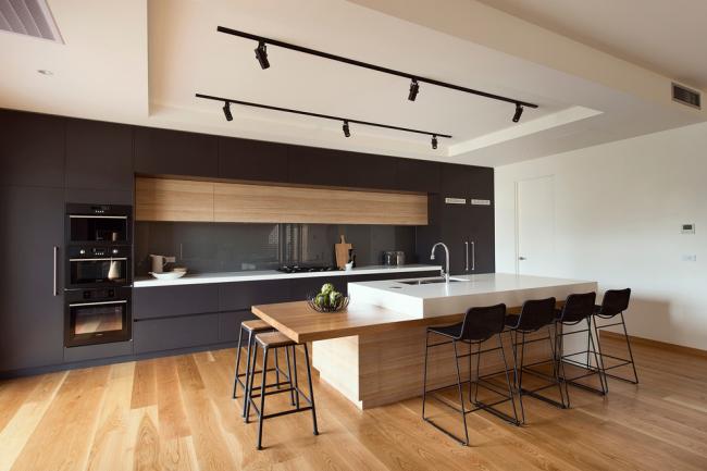 Деревянный пол смотрится шикарно в интерьере кухни в стиле модерн