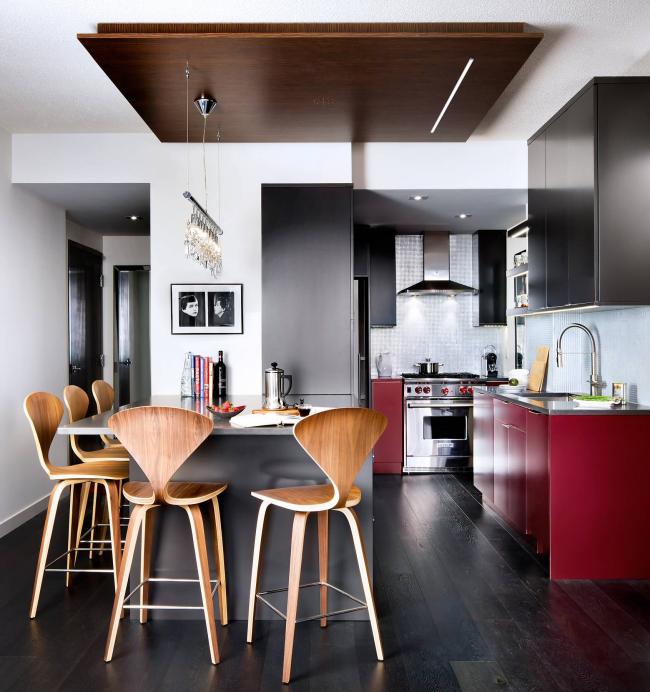 Дерево цвета венге имеет естественный четкий узор, который красиво дополняет интерьер кухни