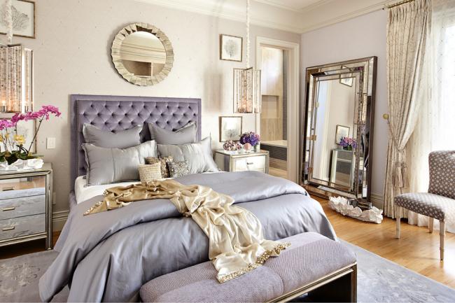 Шикарное большое зеркало в спальне, оформленной в стиле современная классика