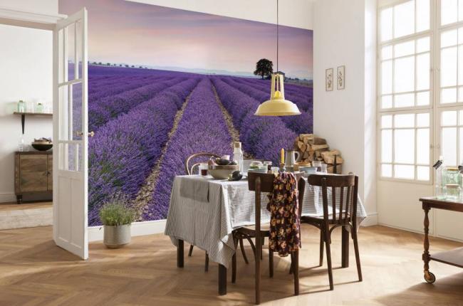 Изображение на стене подчеркивает провансовый стиль оформления интерьера