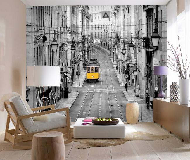 Черно-белое оформление стены в небольшой гостиной с хорошим освещением