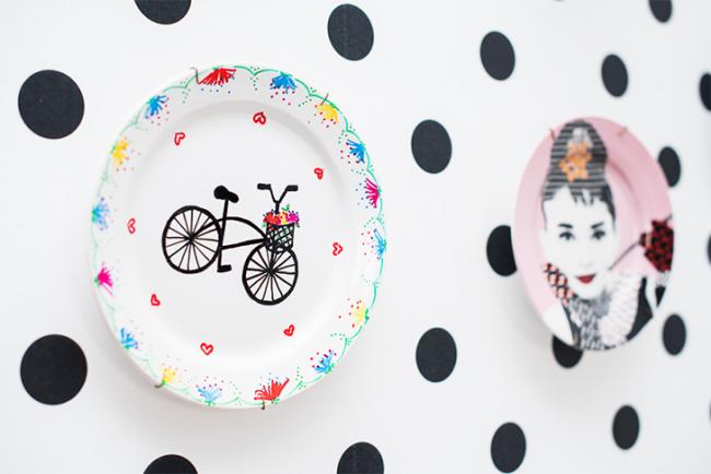 При выборе декоративных тарелок на стену, не забывайте о том, что они должны между собой сочетаться в цветовой гамме или тематике