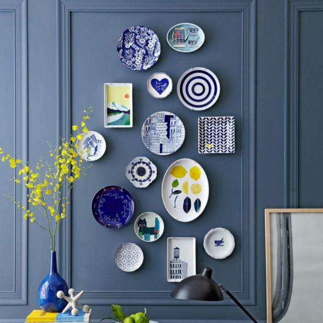 Гармоничное сочетание декоративных изделий разного размера и формы на темной стене
