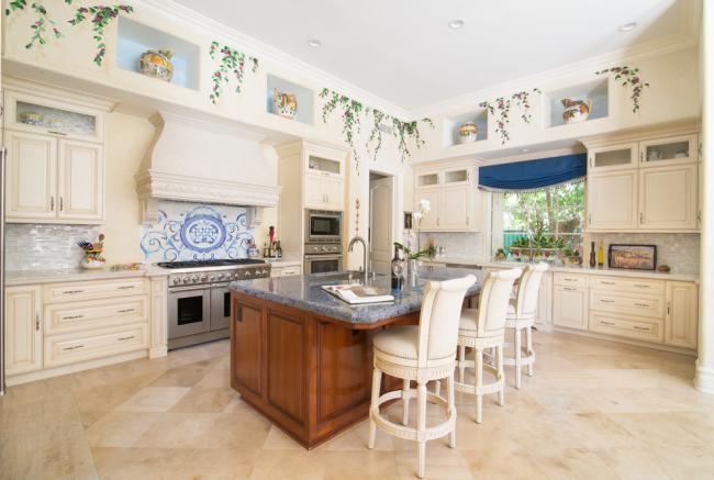 Просторная классическая кухня в молочном цвете