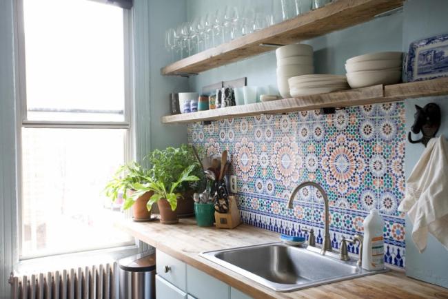 Небольшая эклектичная кухня в нежно-голубых цветах