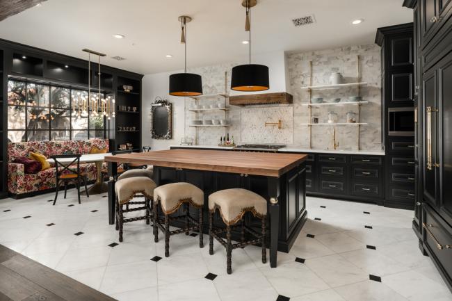 Красивая и просторная кухня в средиземноморском стиле
