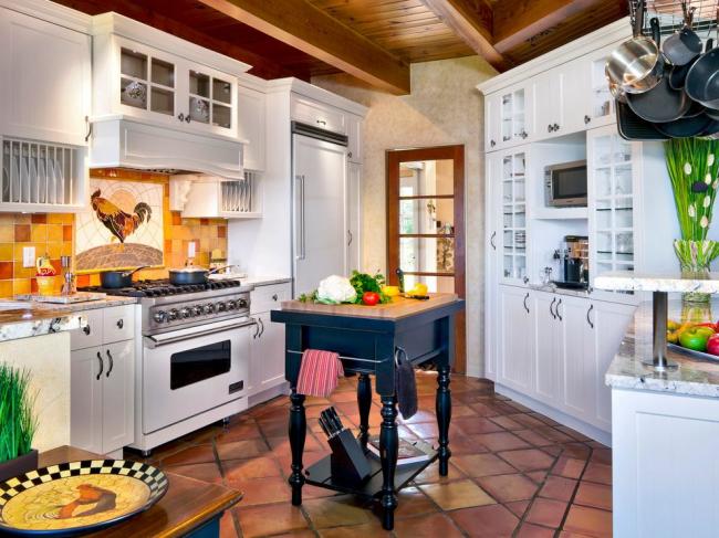 Светлая и яркая кухня в стиле кантри