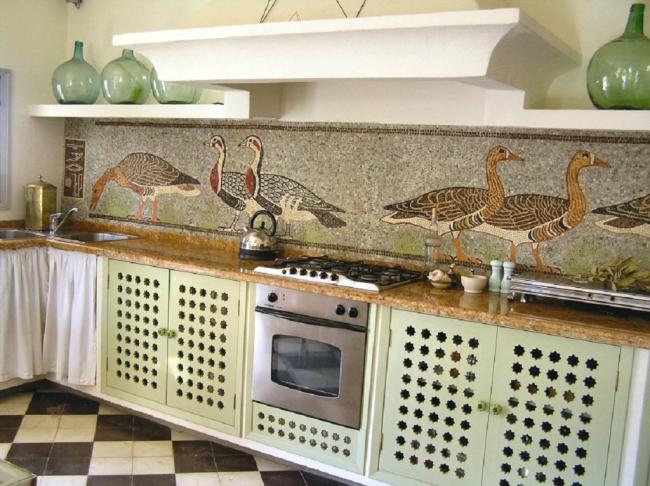 Необычный вариант мозаичного панно на фартуке кантри-кухни