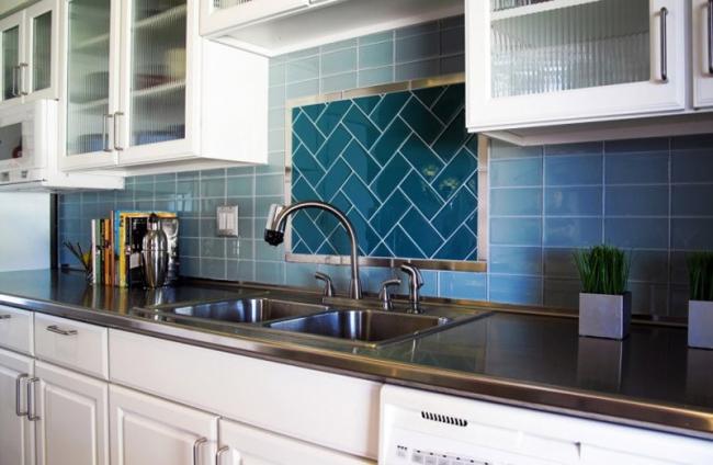 Современная кухня с синим керамическим фартуком