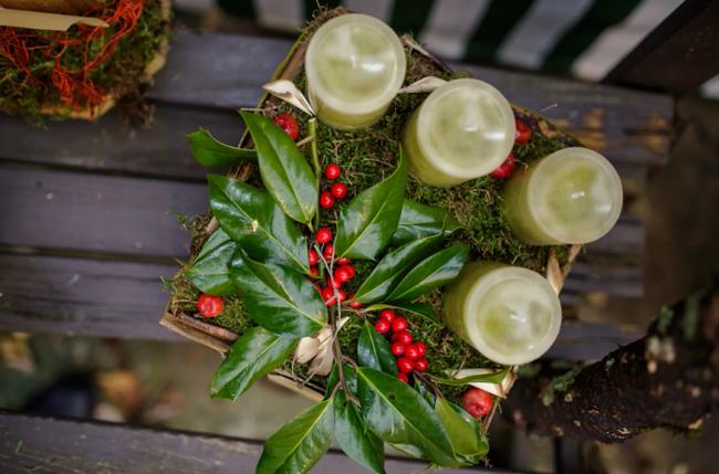 Новогодняя композиция из свечей и мха