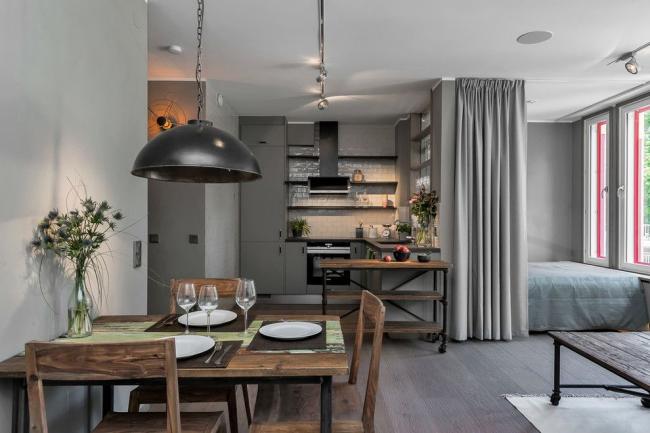 Все помещения в квартире-студии объединены, спальню дополнительно можно скрыть за занавесками