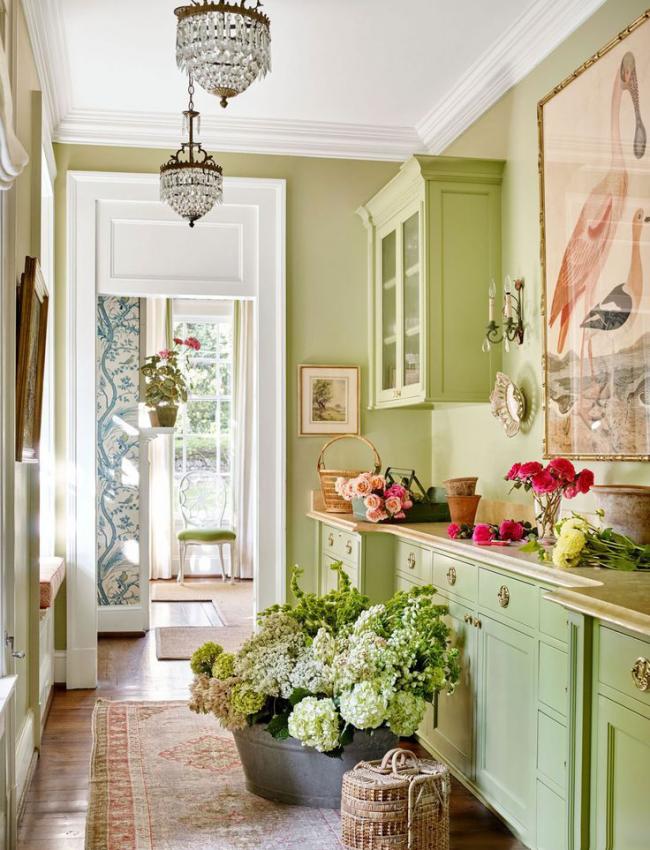 Модное и востребованное решение для кухни: оливкой цвет на деревянной поверхности