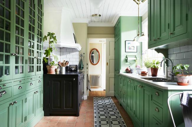 Домашняя теплая атмосфера разбавлена немного кричащими элементами мебели черного цвета