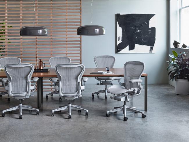 Практичное кресло с колесиками - идеально для офиса
