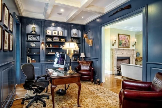 Домашний кабинет в классическом стиле с ортопедическим компьютерным креслом